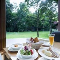 ◆朝食/中庭を望むレストランで