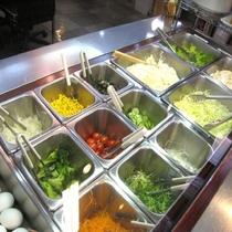 ■朝食:新鮮な地元産の野菜が並ぶサラダバー