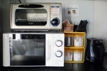 電子レンジ、トースター、調味料、ケトル