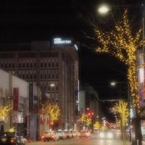 ホテル外観・夜の街風景