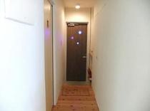 廊下から玄関へ
