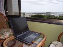 窓から海を見ながらインターネットをお楽しみいただけます。(FREE SPOT-無料で無線LANに接続できます)