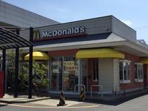 マクドナルドさんまでは当館より徒歩2分。