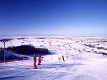 ゲレンデから晴れた日は遠くの山まで見えます!