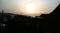 薄曇りの夕日