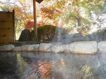 紅葉に包まれる女性用露天風呂