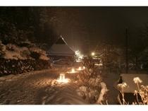 かやぶき里で行われる雪灯廊風景です