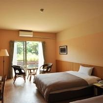 *スタンダードツイン客室一例/窓の外にはジャングルの眺め!シンプルで快適にお過ごし頂ける造り。