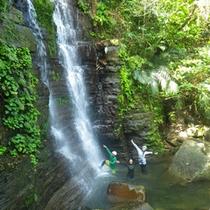 *トレッキングツアー/滝に着いたら滝壺で水遊び!子供のようにおおはしゃぎ☆