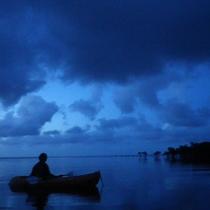 *月夜カヌー/そこにあるのは月の明かりと静かな波音だけ、という非日常。