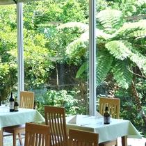 *【レストラン「サミン」】迫力のあるジャングルを眺めながらのお食事をお楽しみ下さい!