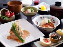 和朝食一例。大和名物の茶粥には柿本家のこだわり隠し味が。それは当日のお楽しみ