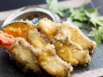 カリッと揚げたアワビの天ぷら。旨味が凝縮