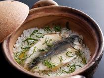 鮎を土鍋で炊き込んだご飯は季節限定のお味