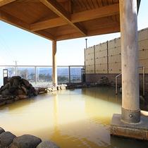 *女性用露天風呂/白濁したお湯は100%天然温泉!目の前に開ける景色は解放感抜群です。