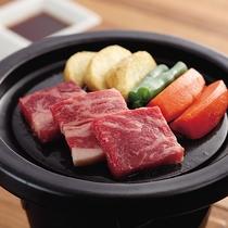 *別注料理・和牛の陶板焼き1,200円/上質な国産のお肉を熱々のままお召し上がりください。