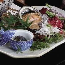 *別注料理・アワビの刺身1,200円/名物のアワビを新鮮なままお造りで堪能。