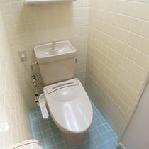 *お部屋のシャワースペース。トイレと一緒なので少し狭くなっております。