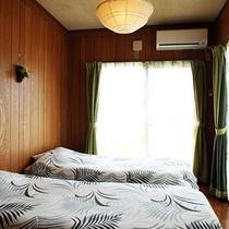 *客室/ツインタイプの洋室。波の音を聴きながらのんびりとお過ごし下さい。