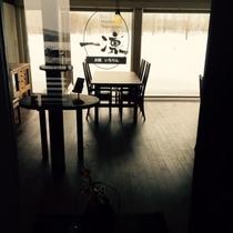 ・・・玄関から望むダイニングルーム・・・
