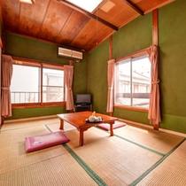 *和室7.5畳(客室一例)/潮騒はもちろん観光客や地元の人々が行き交う音が聞こえてくる。