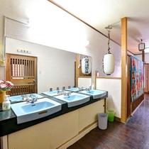 *洗面処(共同)/徹底的なお掃除でちょっと古くてもピカピカ!お風呂は24時間対応です。