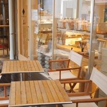 1Fにはパン屋 ブーランジュリー ラ・ぺ を併設。テラス席も設置しておりにぎわっています^^