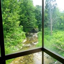 *【お風呂】川や山が望める、眺望自慢のお風呂です。