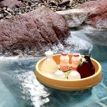 上質な温泉の落ち着いた雰囲気で飲む冷酒は格別、星空とともに非日常的な雰囲気をお楽しみください!