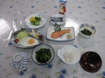 朝ご飯 鮭の塩焼きと目玉焼き