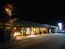 夜の雪化粧の正面玄関