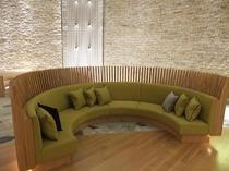 レセプション前のソファ