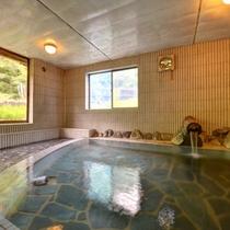 *滝の湯(男湯)/24時間入浴可能。窓から差し込む光とともに気の休まるひと時をお過ごし下さい。