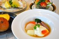 朝食/とろり半熟卵のポーチドエッグと地野菜ポトフ