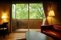 スーペリアルームの窓から森を眺める