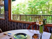 レストランから森を眺める02