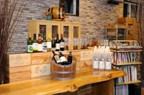 ワインコーナー シニアソムリエ厳選の山梨県産ワインを ワイン関係の書籍も