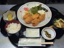 夕食 おまかせ定食(一例:カキフライ定食)