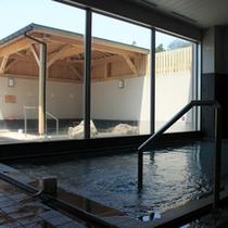 【内湯】大きな窓が開放的!薬草風呂もご用意しております。
