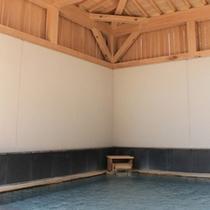 【檜の露天風呂】のんびりと湯あみをお楽しみ下さい。※男女入替制