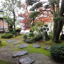 四季を感じる本館のお庭。