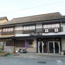 【外観】当館向かいには日奈久の足湯があります。