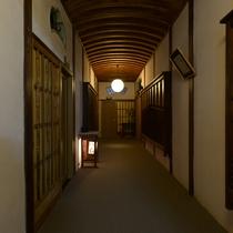 【廊下】今では珍しい丸天井の廊下