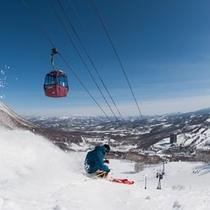 【スキー場】青空とスキーヤー
