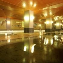 大理石を贅沢に敷きつめた大浴場