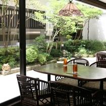 ■ お食事処はいから亭 大きな窓からお庭を眺めることが出来ます。