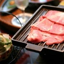 ■牛肉の鉄板焼き(一例)滴る肉汁の香りとジューっという音。五感で味わってください。