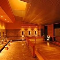 【内風呂 かわせみの湯】総檜で作られたゆったりとした湯船。カランは8つ配しております。