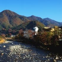 【外観】利根川から望む秋の辰巳館。