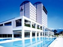【ホテル春日居_外観】屋外プールも備えた石和・春日居地域のランドマーク的ホテル
